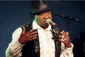 Le-chanteur-congolais-Papa-Wemba-meurt-sur-scene