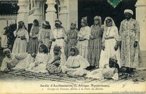 1910-LAfrique-Mysterieuse-Jardin-dAcclimatation-2.-Groupe-de-Femmes-Arabes-a-la-Porte-du-Harem