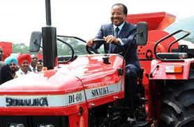 biya-sur-un-tracteur