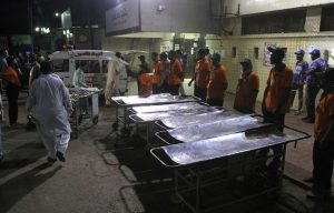 648x415_secours-attendent-blesses-devant-hopital-karachi-pakistan-apres-attentat-daesh-sanctuaire-12-novembre-2016